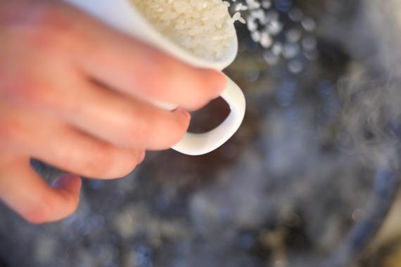 6. 放入步驟2備用的旗魚、部分透抽,均勻在鍋內加入米,以鹽與黑胡椒調味,先以大火煮約5分鐘後轉中火繼續讓米粒吸飽高湯。 7. 熄火蓋過悶約5-10分鐘。