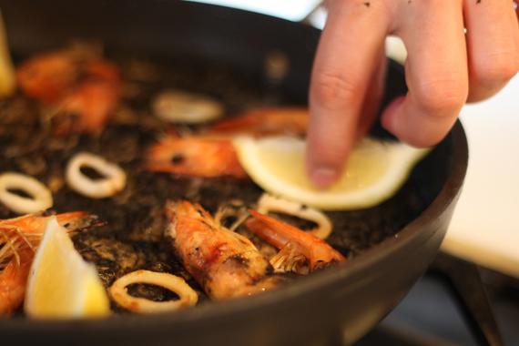 8. 擺上切片檸檬、蝦子與透抽裝飾即可。