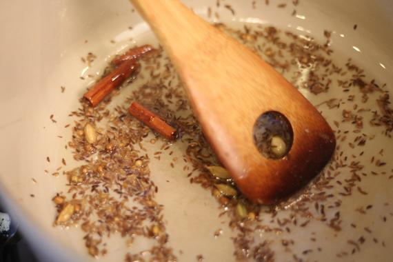 1. 少許油熱鍋,放入香料1(肉桂棒等)的食材, 隨後加入薑與大蒜。