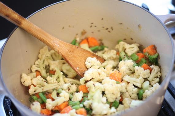 2. 依序放入青椒、青豆、紅蘿蔔、花椰菜與腰果後繼續拌炒。 3. 繼續加入香料2與辣椒後,再加少許白酒。