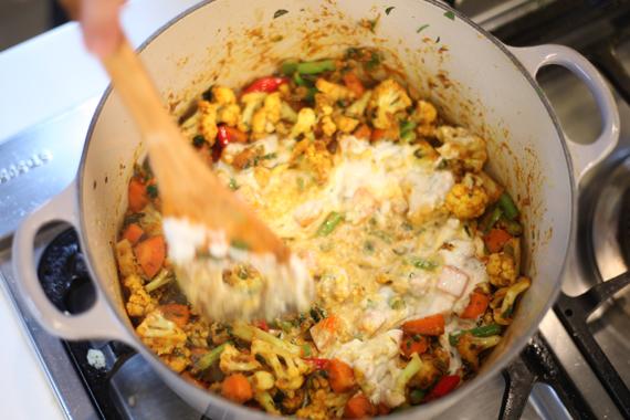 4. 加入優格5湯匙,取出一些佐料備用,剩下佐料加入另外優格5湯匙繼續拌炒,以適量鹽調味。(增加層次)
