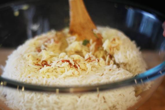 5. 溫牛奶先與番紅花混合調色,加入準備好的米拌勻上色,增添色彩。