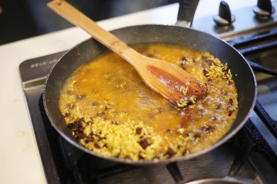 2. 放入米繼續拌炒,以適量鹽調味。 3. 加入雞高湯2杯,煮至待米粒吸飽高湯即完成。