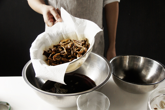 台灣買到的牛肝菌菇沙會比較多可以用紗布過濾,過濾完清洗乾淨。泡菇的水加入蔬菜或雞肉高湯,加到約330ml,湯的部分持續保持微滾。