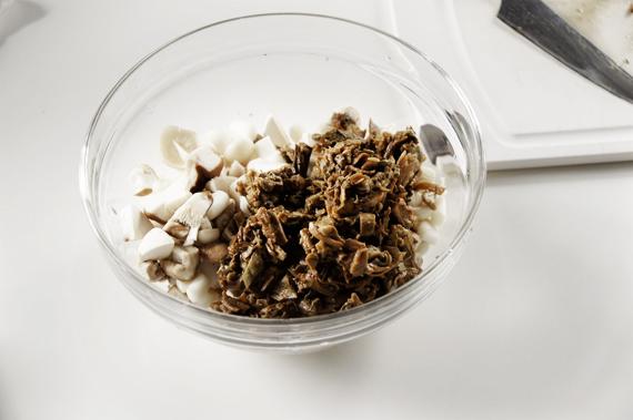 2. 將洗淨後的牛肝菌菇剁碎後與綜合菇類放在一起。