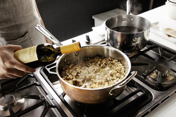 6. 加入白酒,火這個時候開大一些將酒精蒸發掉,一定要煮到都蒸發才不會澀。(可以靠近聞一下)