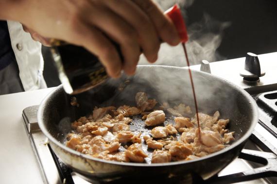炒開之後加入醬油與1小撮鹽巴。