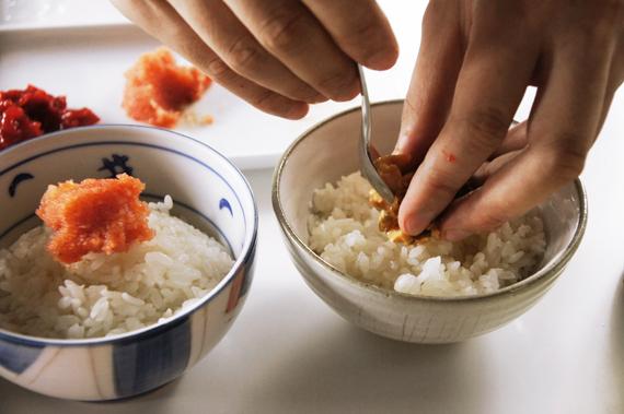 3. 將飯放入碗內,再放入準備好的心頭好與餡料。