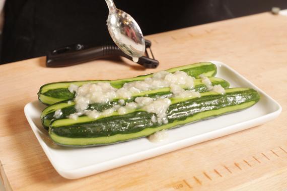 2. 與鹽麴一起放入密封袋,將鹽麴均勻抹於小黃瓜上,冷藏約一天至入味。