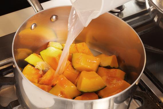 3. 鹽麴與水混合後倒入鍋內(水的高度約與南瓜同高),大火煮至滾後轉小火。