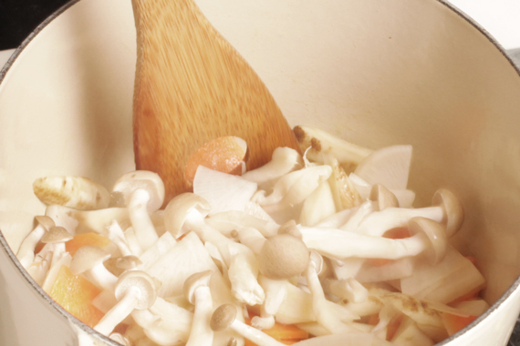 3. 湯鍋下少許油熱鍋,用中小火依序將蔬菜放入拌炒至所有蔬菜接均勻裹上油脂。
