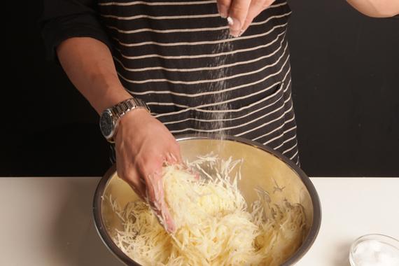 1. 將馬鈴薯絲混合適量海鹽,靜置半小時。