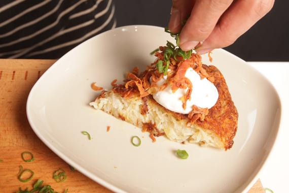 5. 將馬鈴薯絲餅切塊,以海鹽與黑胡椒調味,接著將所有材料裝盤即可。