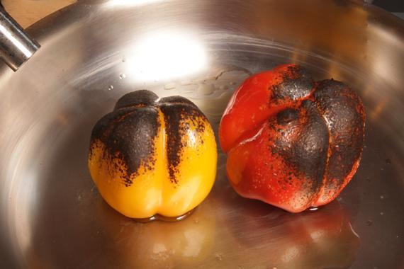1. 製作炙燒甜椒,將甜椒表面均勻地抹上特級橄欖油,以噴火槍將表皮燒焦。