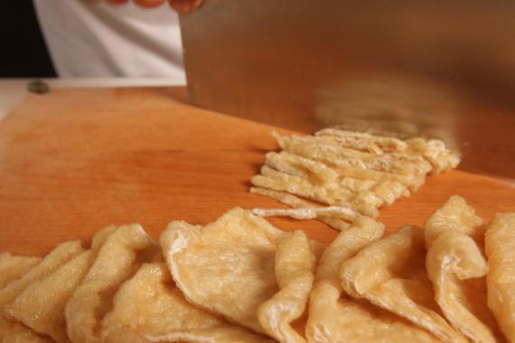 1. 豆皮捲泡熱水後切絲。