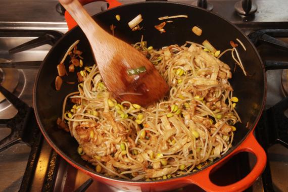 2. 鍋中熱油爆香蔥、蒜,待聞到蔥的香味後,加入綠花椒、黃豆芽拌炒,加入調味料2持續拌炒,再加入豆皮和辣油炒至醬香味。 3. 加入調味料3,悶煮約10分鐘(每2分鐘開蓋翻炒1次)至入味收汁。