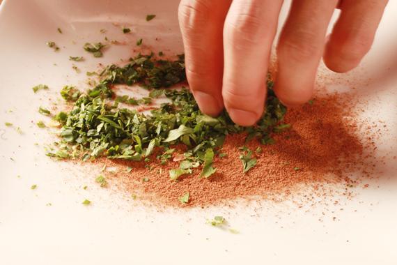 2. 先將荳蔻、丁香與肉桂棒打(磨)碎,再與巴西里、百里香混合後成混合香料備用。