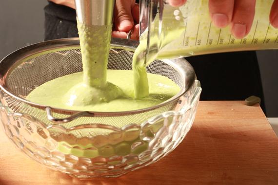 2. 將青豆、薄荷、鮮奶油、牛奶及白酒醋以攪拌器打至滑順(可視情況調整牛奶的份量),過濾後以海鹽及黑胡椒調味即可盛盤。