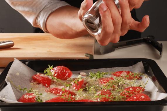 3. 製作油封蕃茄,以滾水燙去蕃茄表皮,將蕃茄切塊去籽後混合所有材料,放進攝氏120度的烤箱加熱1小時後取出備用。