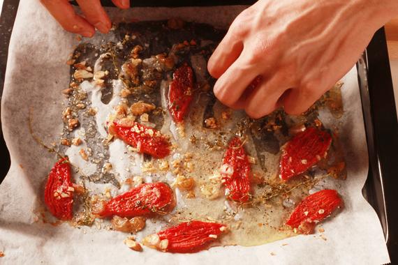 4. 將作法3.加入橄欖油,再放攝氏120度的烤箱繼續加熱1小時。取出降溫備用。