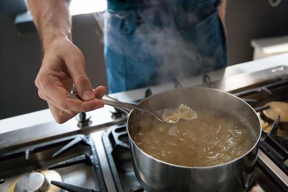 1. 依照蝴蝶麵包裝上的指示將麵煮熟(約10分鐘)並瀝乾。