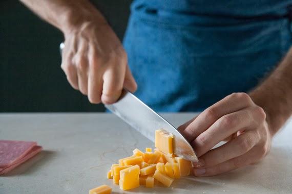 2. 將高達乾酪及火腿切成丁狀。