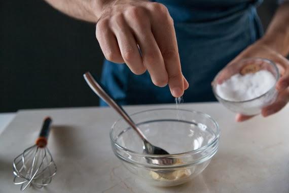 3.混和橄欖油、芥末醬及醋。並用鹽、糖及胡椒調味。