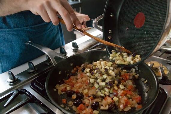 4. 以橄欖油(2湯匙)與茄子煎至金黃色後濾掉多於油份並加入步驟3。