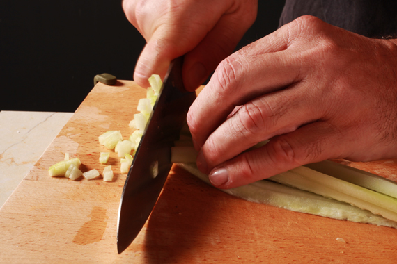 1. 大黃光去皮、對半切後去籽,並切成小丁備用。