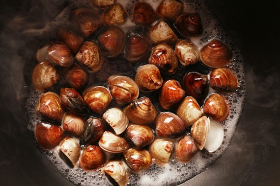 2. 同時再起滾水分別煮熟蛤蜊與淡菜並撈起瀝乾。