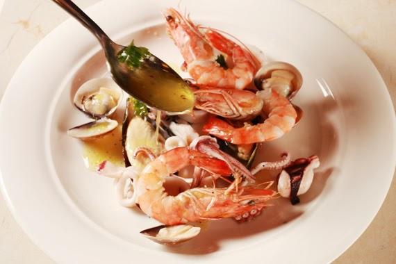 6. 將所有海鮮依序擺盤後,淋上醬汁即完成。
