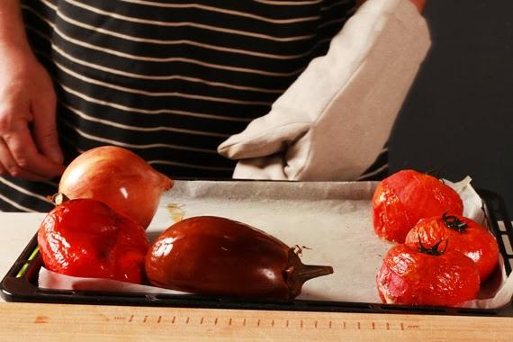 2. 先將茄子、紅甜椒和蕃茄取出放涼,洋蔥持續烤約20分鐘放涼。