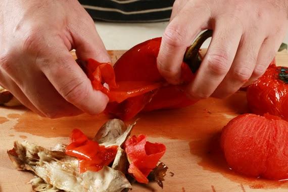 3. 剝除所有蔬菜的鬆軟表皮,去掉紅甜椒的籽,再用刀子去掉茄子、蕃茄和紅甜椒的頭,並將紅甜椒和茄子撕成條狀,蕃茄切成3~4塊,洋蔥去皮後則用刀子切成薄的圓圈狀。
