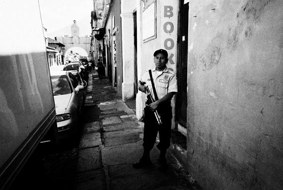 一般餐廳店門口的警衛,散彈槍為基本配備之一