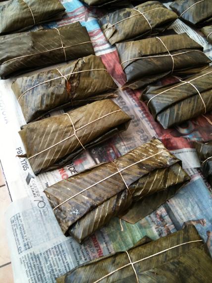 在哥斯大黎加朋友的奶奶家包拉丁肉粽 - Tamale(是不是很搭現在的節令),裡面有燉到快化掉的嫩豬肉、生甜椒、橄欖、跟豬油煮了一天的馬鈴薯泥以及許多不認識的材料