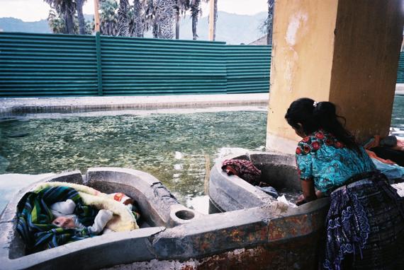 洗衣中的馬雅女孩,旁邊是小孩子太可愛了,不小心按了幾張快門