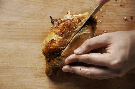 4. 胸部中間劃一刀,沿著骨肉之間小心劃開,兩片雞胸肉取下。