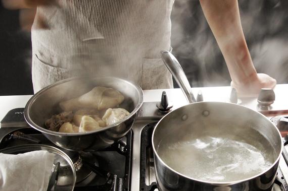 1. 雞肉洗淨後,過水燙過取出後洗淨備用。