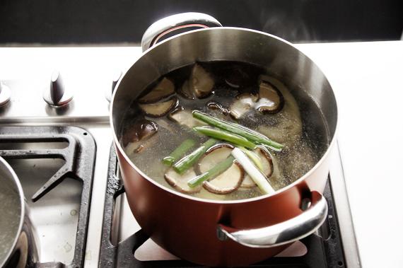 2. 另備一鍋沸水,將發好的香菇和香菇水、蔥薑蒜加入,把雞肉也放入後蓋鍋用小火熬煮約40分鐘。