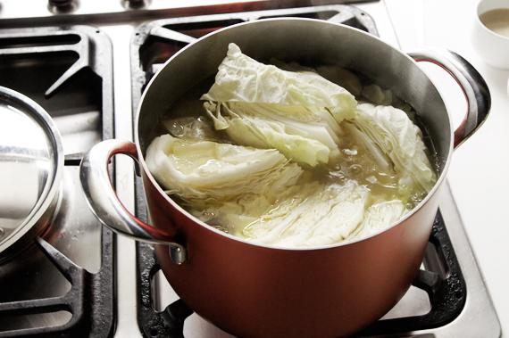 3.放入剩餘的調味料與白菜後,蓋鍋繼續燉煮約30分鐘,試試看鹹度並用鹽巴調整後就可上桌了。