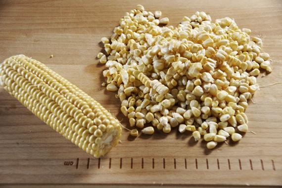 1. 如果使用的是新鮮玉米可以先將玉米粒用刀劃過後剝下來,或是使用玉米罐頭也可以。