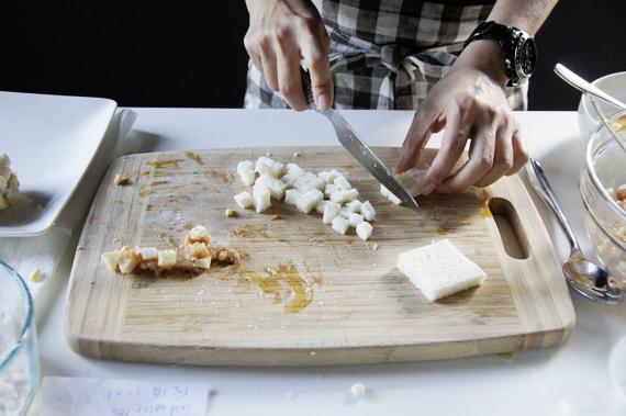 2. 將土司切成丁。