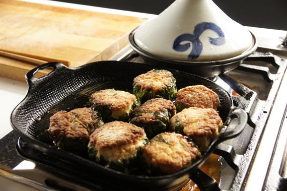 3. 鍋子下點油,把鍋子燒熱後將丸子放進去,煎至雙面都變成金黃色。  4. 燒一點清酒下去,然後把火轉小,慢慢放入味淋、糖、醬油和水,煮至稍微濃稠並確認丸子熟了就OK囉!記得煮上一大鍋白飯配著吃啊!