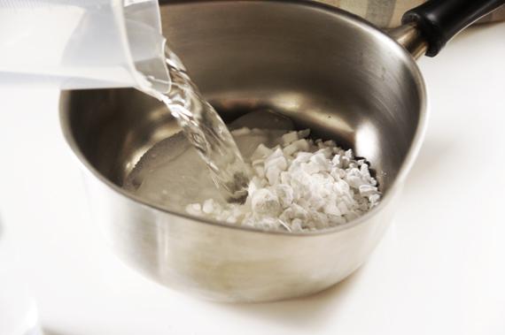 1. 混合葛餅材料攪拌均勻,在鍋內以中火加熱,需要一邊攪拌以免燒焦,煮至濃稠呈乳白色,即可熄火。