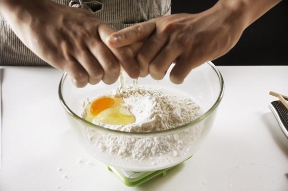 1.混合所有的材料,拌勻即可,有小顆粒結塊無妨,炸起來反而會額外酥脆,拌至看不見麵粉即可。
