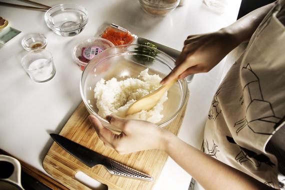 1. 把白飯煮好。