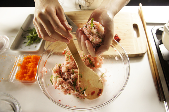 5. 手沾鹽水,把步驟4捏成飯糰