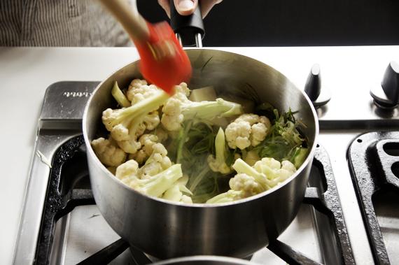 3.加入馬鈴薯和花椰菜,稍微炒過就可以。