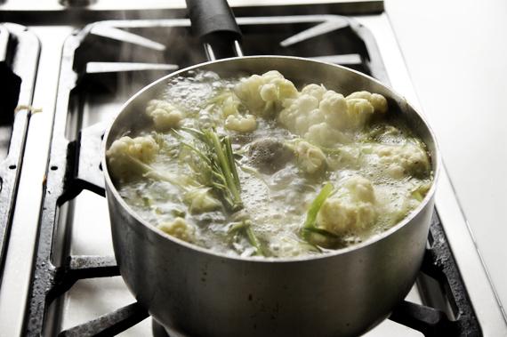 5. 煮至沸騰後,把準備好的牛骨加入,把火轉小燉煮約40分鐘。(可以先煮起來備用,一般高湯保存方式如果冷凍可以放一個月!)