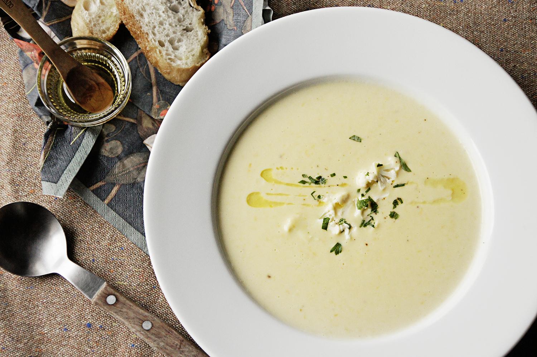 8. 最後再用鹽巴與胡椒稍微調味一下,並將燙好的小花椰菜與巴西里葉撒在湯上做裝飾,可以再淋上特級橄欖油調味。